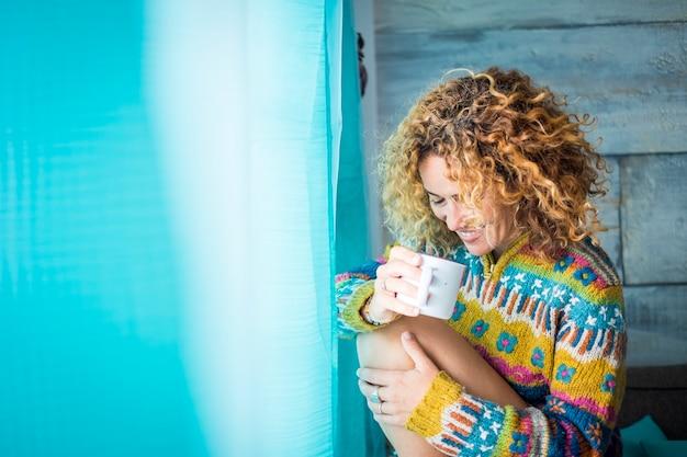 Сладость и нежность для кавказской красивой женщины среднего возраста 40 лет одинокая дома пьет чай