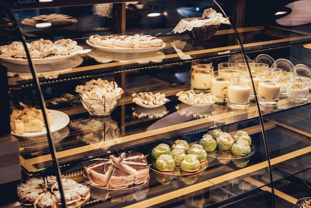 Сладости и пирожные в витрине