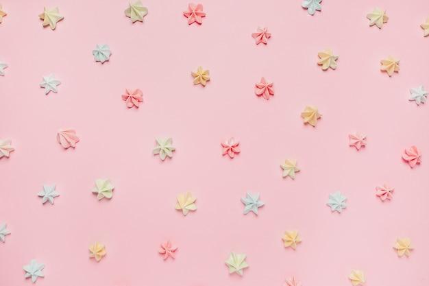 Сладости и конфеты на розовом фоне, концепция любви и валентинки