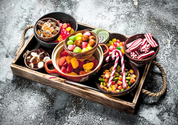 お菓子キャンディー、マシュマロとゼリーと木製のトレイに砂糖漬けの果物。