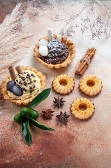Dolci cupcakes biscotti agrumi bastoncini di cannella