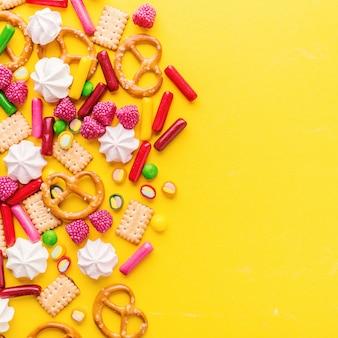 Конфеты плоские лежали на желтом фоне