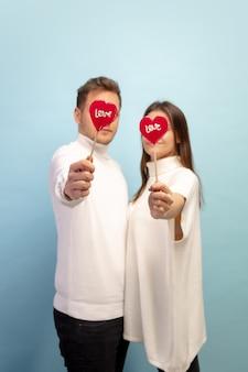 과자 심장 모양. 블루 스튜디오 벽에 사랑에 아름 다운 커플