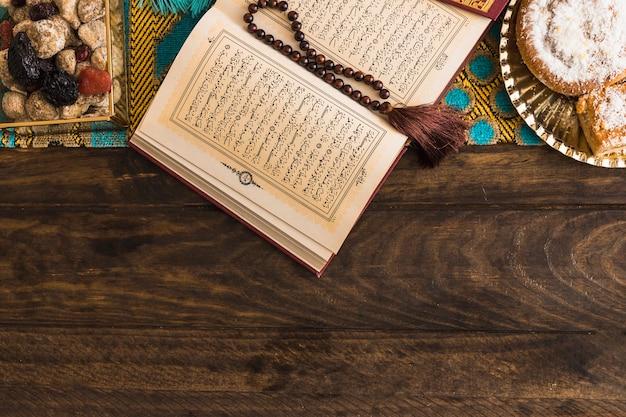 古兰经和珠子附近的糖果