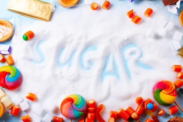 Конфеты с сахаром, плоская сцена со словом сахар