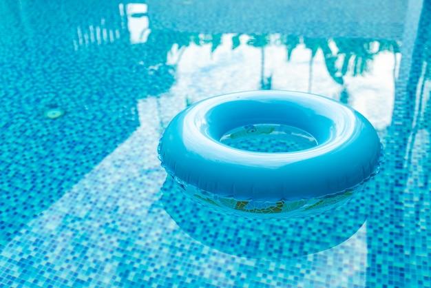 파란 수영장에서 수영 반지