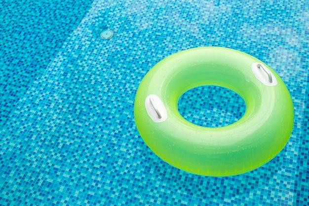 青いプールの浮き輪
