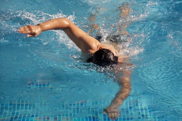 수영장에서 수영