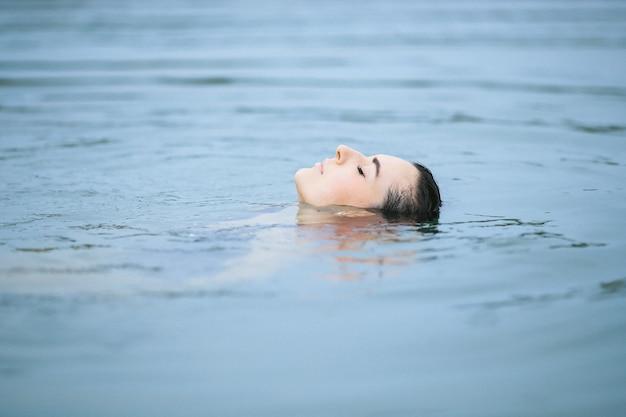 湖で水泳、水中で体