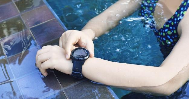 Пловец с пульсометром в бассейне