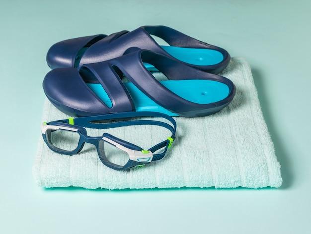 Очки для плавания на синем полотенце. аксессуары для плавания в бассейне.