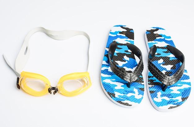 Плавательные очки и шлепанцы изолированы