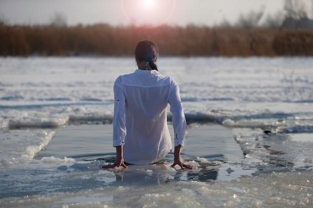 찬물에서 수영하는 신 예수 세례 축일