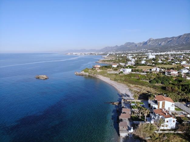 海で泳ぐ。夏休み、自然と団結した幸せな瞬間。上からのすばらしい眺め。キプロスの北部、ギルネ。