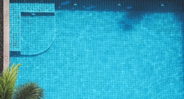 夏の暑い日にリラックスできるスイミングプールとバブルバス、俯瞰アングル
