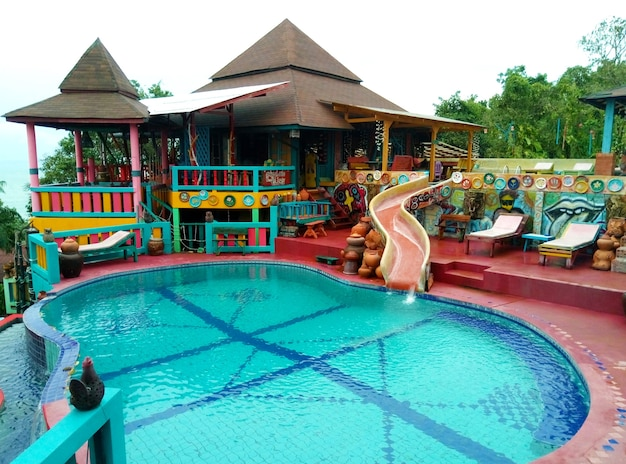 Бассейн и развлекательная зона в гостиничном комплексе