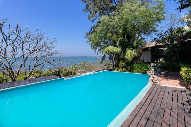 바다 전망 배경으로 수영장 푸른 물과 열대 정원
