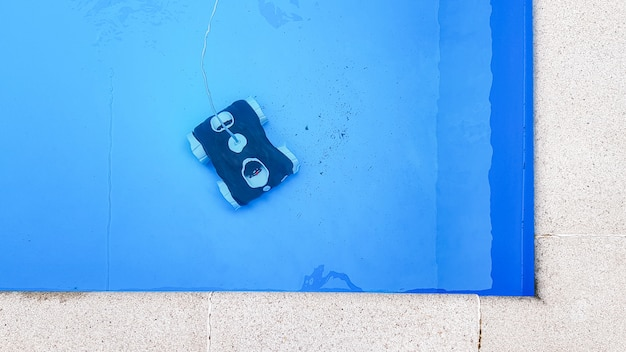 Swimming pool cleaner robot during vacuum service