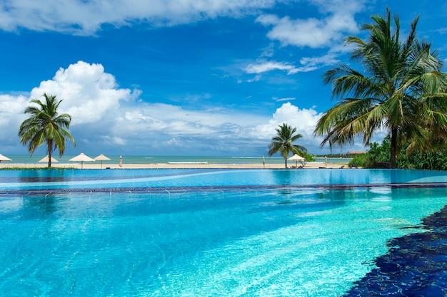 熱帯のビーチのスイミングプール
