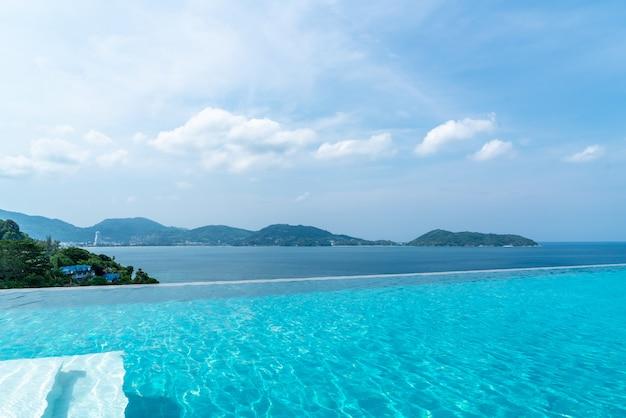 ホテルとリゾートのプールと空と海のリゾート