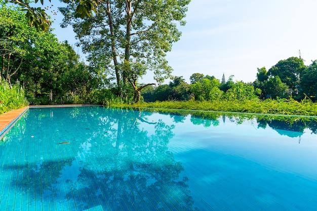 Бассейн в саду с видом на реку