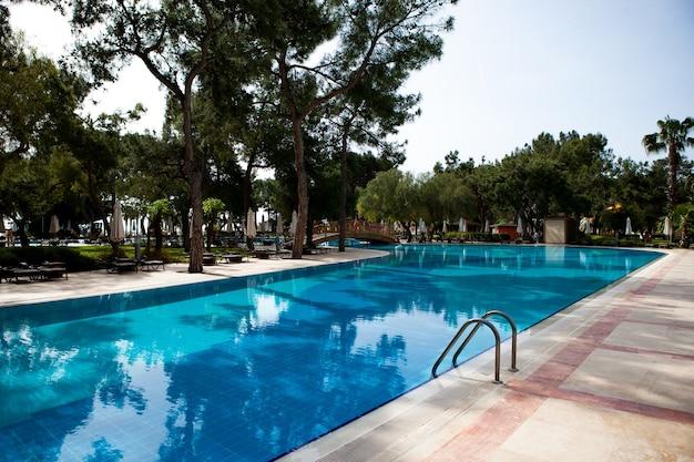 뜨거운 열대 국가 휴식 구역의 호텔 여름 방학 수영장