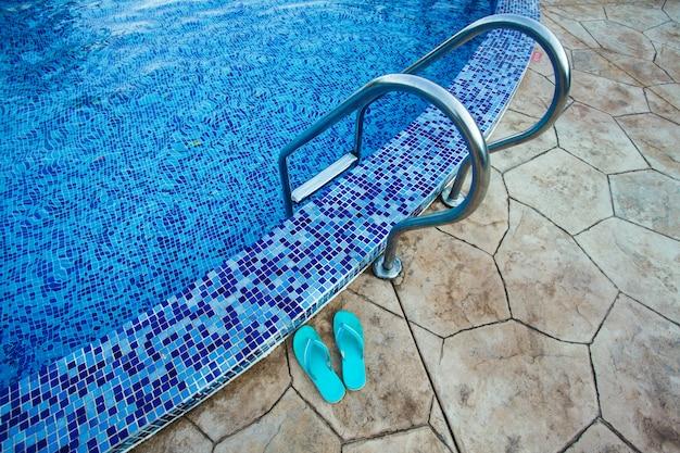 リゾート内のスイミングプール。水からの眺め