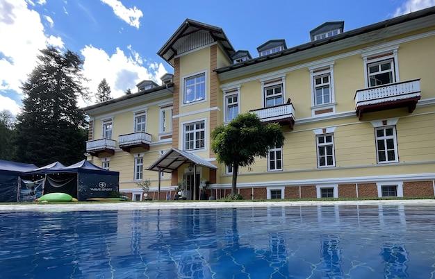 山の中の大きな別荘のプール