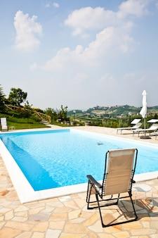 중간 포도원, 몬페라토 지역, 피에몬테 지역에 있는 이탈리아 미용 농장의 수영장.