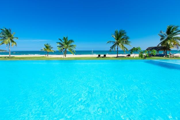 ビーチの高級ホテルのスイミングプール