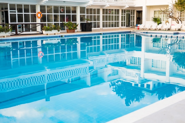 高級ホテルのプール。金属のはしごが付いているホテルのスイミング プール。