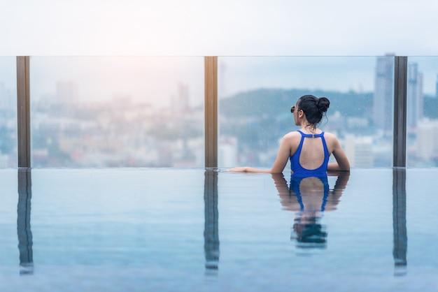 아름다운 도시와 바다 전망, 아시아 여행 및 휴가가있는 옥상에 수영장