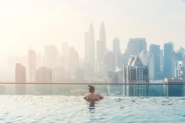 아름다운 도시 전망 쿠알라 룸푸르 말레이시아와 옥상에 수영장