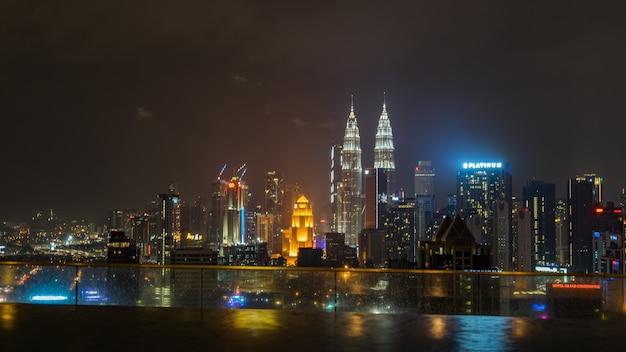 Бассейн на крыше с прекрасным видом на город куала-лумпур малайзия