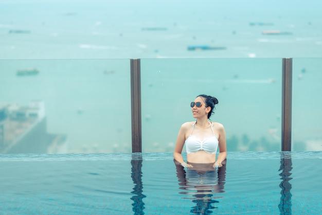 Бассейн на крыше с прекрасным видом на город, паттайя, таиланд
