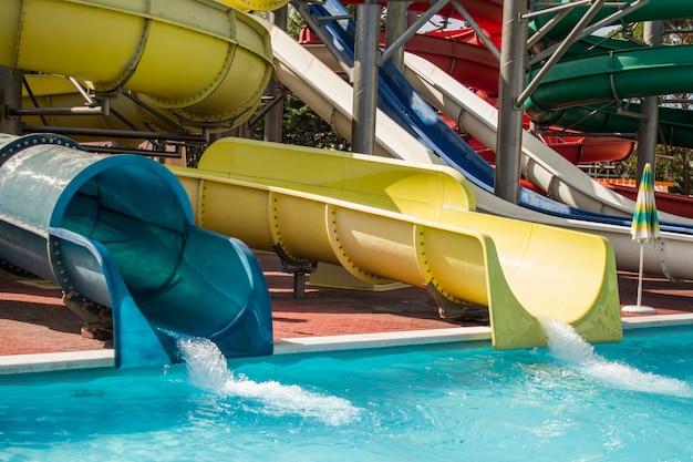 Детские горки на голубой водной горке в аквапарке