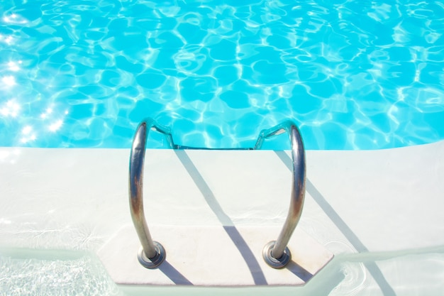 Лестница у бассейна и чистая вода
