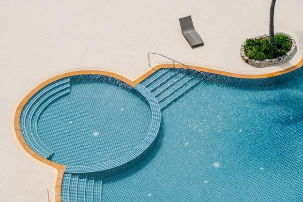 Вид сверху на бассейн