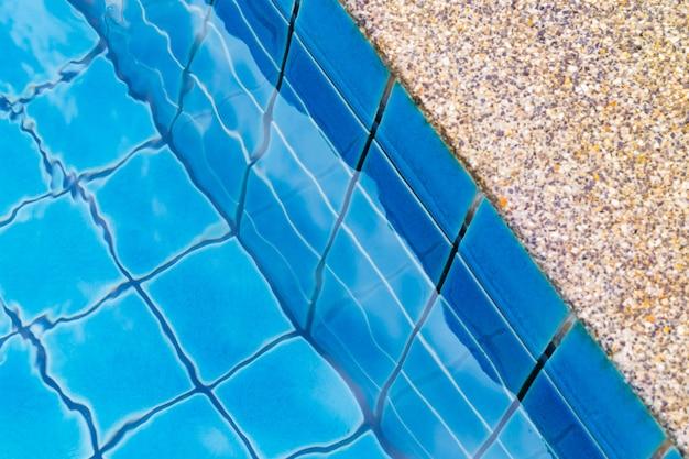옆에 돌 바닥이 있는 수영장