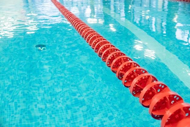 Бассейн с гоночными дорожками. бассейн с отмеченными красными и белыми дорожками