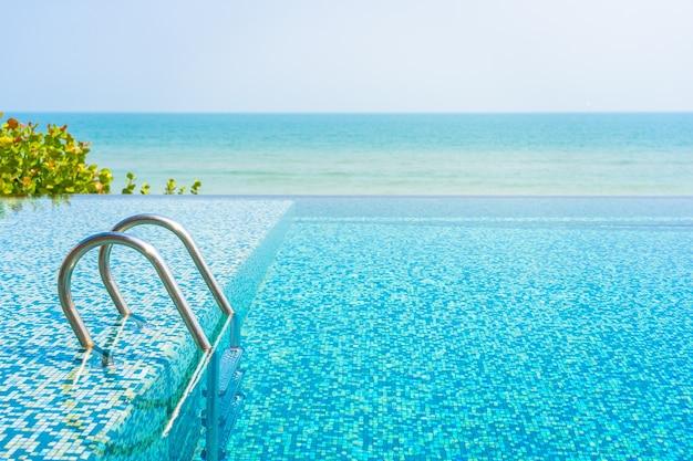 Бассейн с видом на море Бесплатные Фотографии