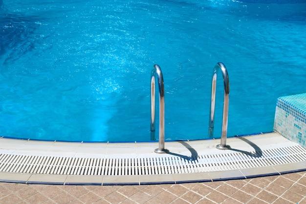 階段と緑のリラックスできる水とスイミングプール
