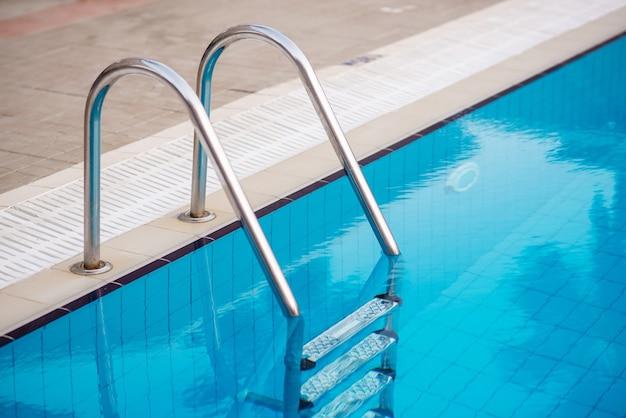 Бассейн с лестницей в отеле