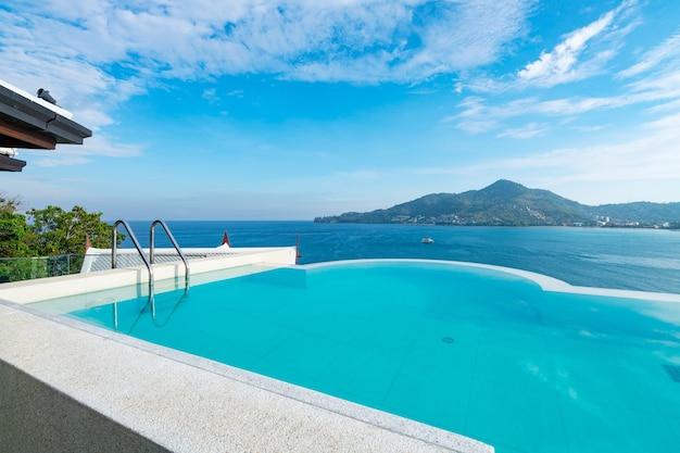 옥상 데크 건물 꼭대기에 계단이 있는 수영장, 열대 바다 전망, 현대적인 디자인의 바다 전망 수영장이 있는 고급 해변 빌라 하우스, 여름 휴가 및 여행 배경 컨셉입니다.