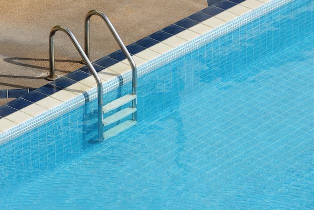 階段のあるプール