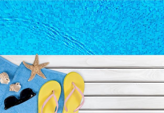 水泳時間、ビーチサンダル、プールサイドのタオル
