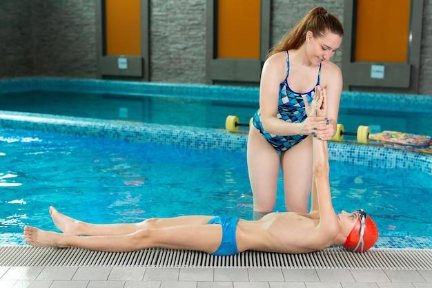어린이 수영장 수업 중 수영 트레이너.