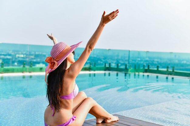 수영복 개념. 분홍색 수영복을 입고 아름 다운 소녀입니다.