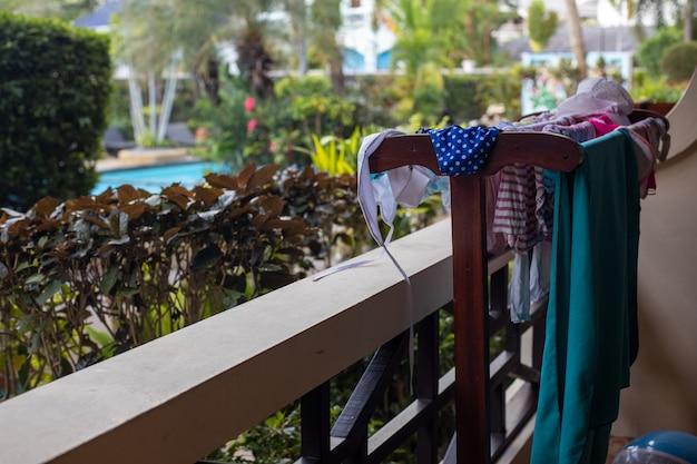 열대 호텔의 풀사이드 테라스에서 수영복과 비치 타월을 말립니다.