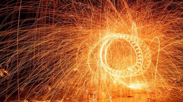 물 긴 노출 속도 모션 스타일에 반사와 돌 위에 화재 소용돌이 철강 양모 빛 사진